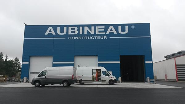 Photo de la réalisation d'enseigne publicitaire pour Aubineau Constructeur à Mauléon par Sv Graphic