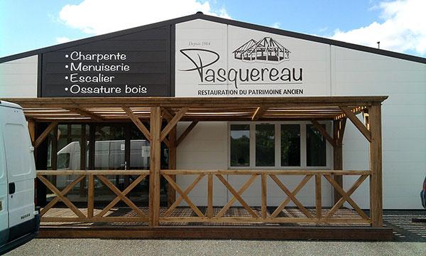 Photo de la réalisation d'enseigne publicitaire pour Charpente Pasquereau à Mauléon par Sv Graphic